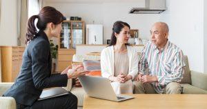 ファイナンシャルプランナーは、必要に応じて保険や投資信託などの金融商品を提案します。相談者が金融商品を契約すると、金融機関から販売手数料が得られるしくみです。