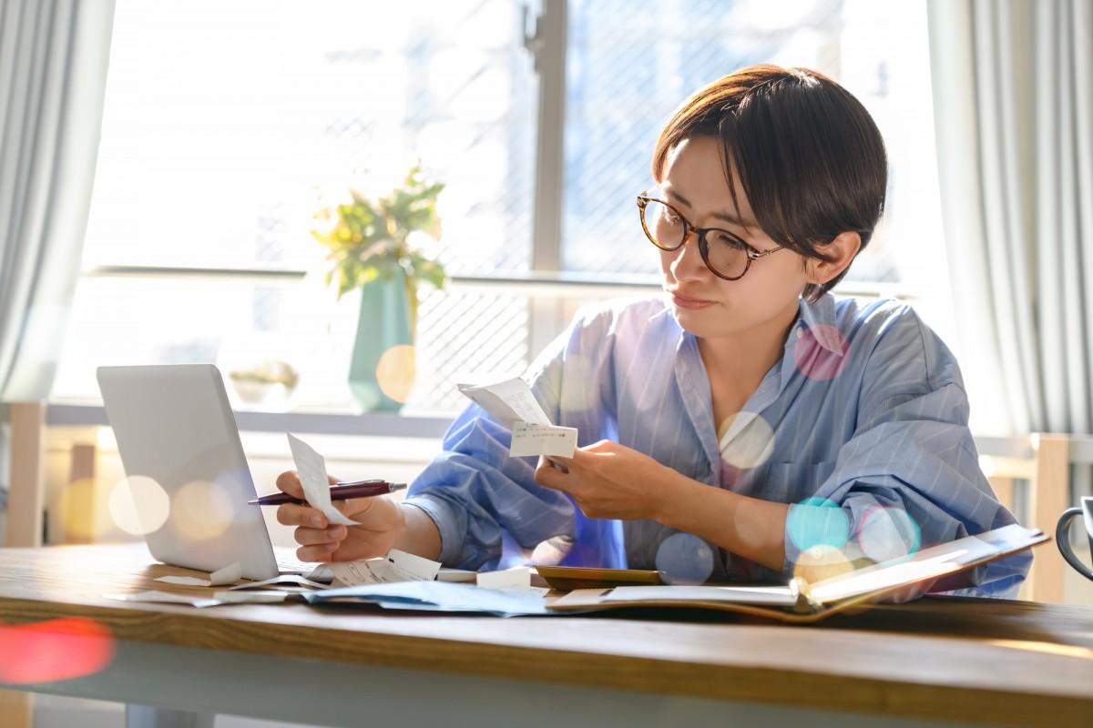 家計を見直すためには、家計簿をつけて固定費と変動費がそれぞれいくらかかっているのかを把握すると、見直すべきポイントが明確になります。